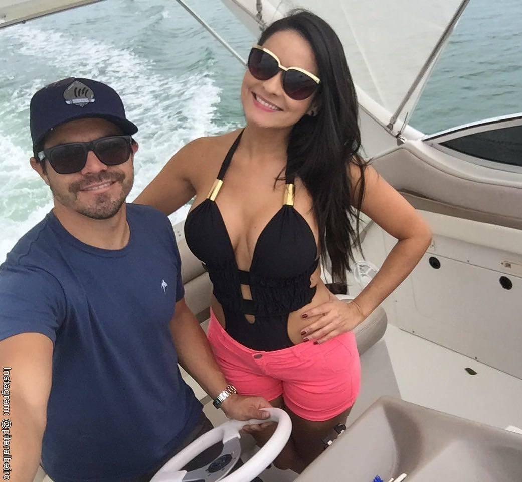 Foto de Piter Albeiro con su esposa Carolian Rojas de paseo en yate