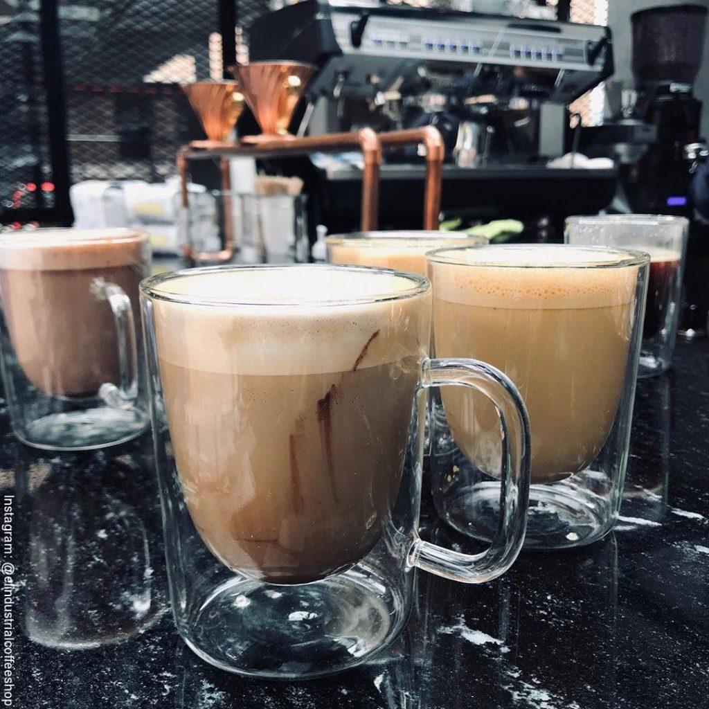Foto de tres tazas de café en El Industrial, el nuevo negocio de Carla Giraldo