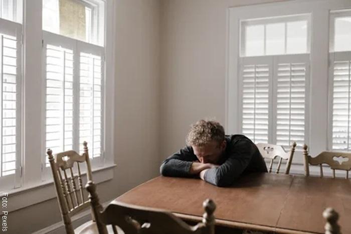 Foto de un hombre preocupado sobre una mesa