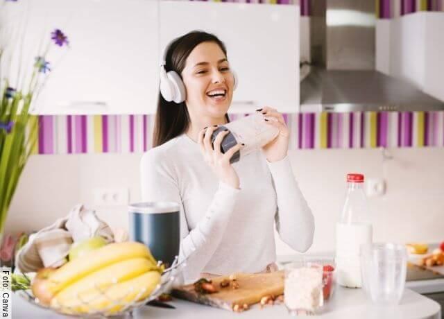 Foto de una mujer con una licuadora en sus manos