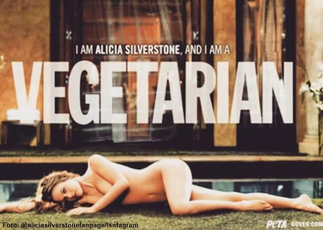 Alicia Silverstone posando desnuda en una alfombra