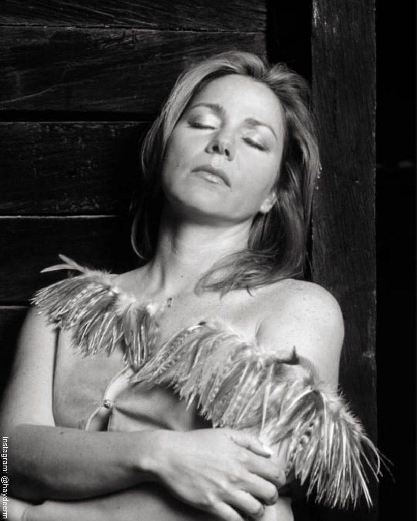 Foto de Haydée Ramírez en blanco y negro con los ojos cerrados
