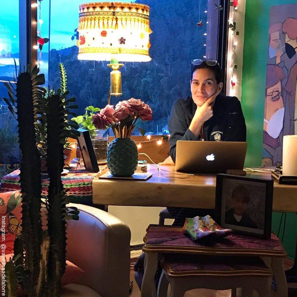 Foto de Vanessa de la Torre en el estudio de su casa