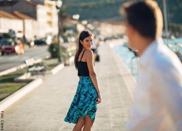 Foto de una chica mirando a un chico