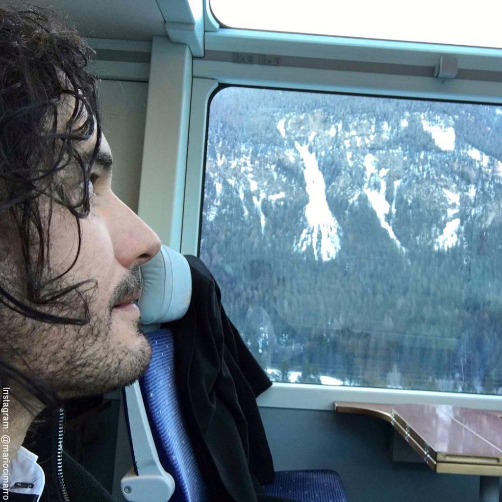 Foto de Mario Cimarro mirando por la ventana