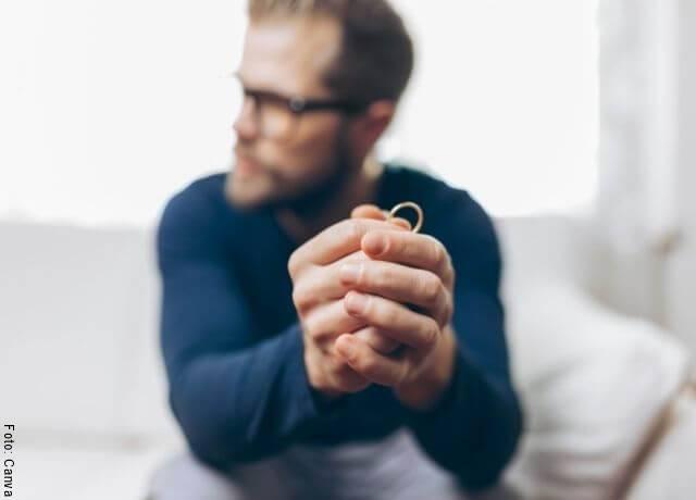 Foto de hombre con argolla en las manos