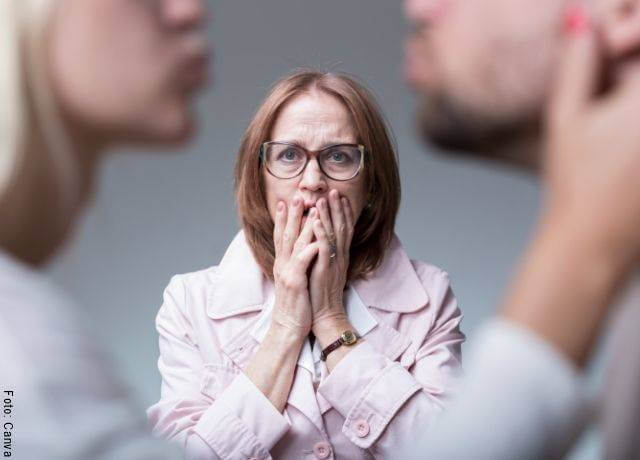 Foto de una mujer descubriendo a su pareja infiel
