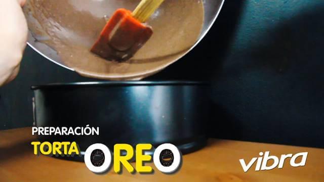 Foto de mezcla para torta en el molde para horno