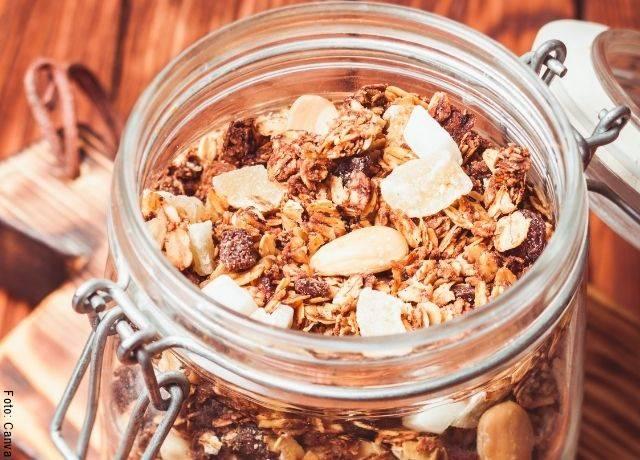 Foto de granola en un recipiente