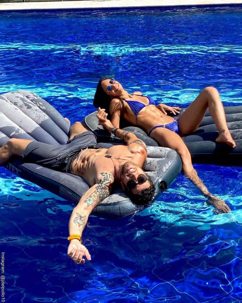 Foto de Valerie Domínguez y su novio disfrutando de una piscina