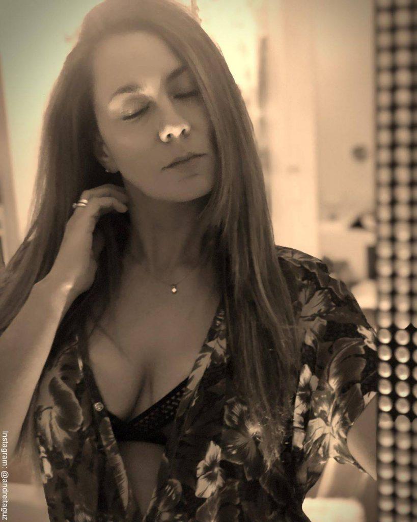 Foto de Andrea Guzmán con el pelo liso y en lencería