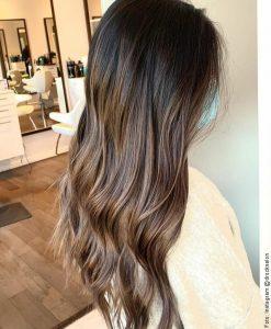 foto de cabello tinturado rubio cenizo