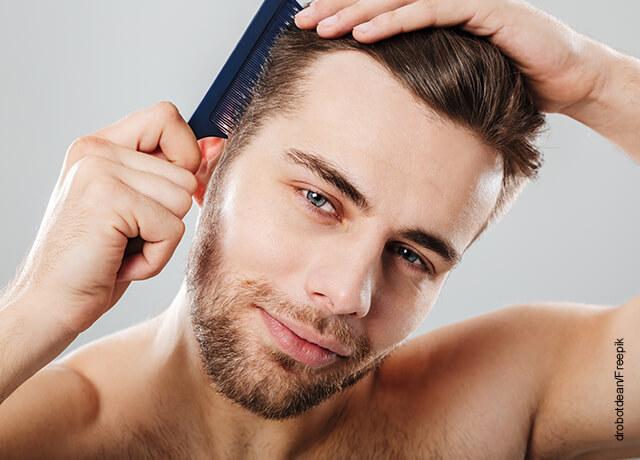 Foto de un hombre peinándose con una peinilla
