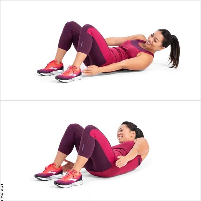 Foto de una mujer haciendo abdominales toque al pie