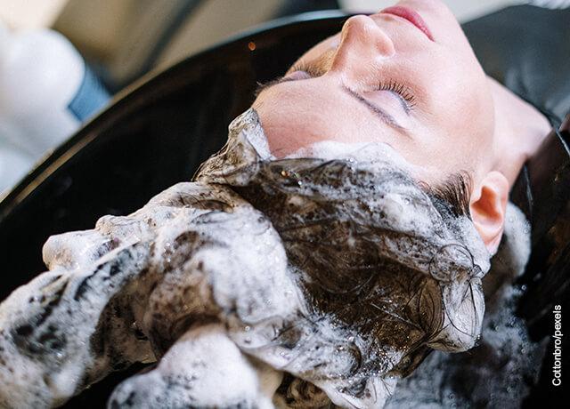 Foto de una mujer bañando su pelo