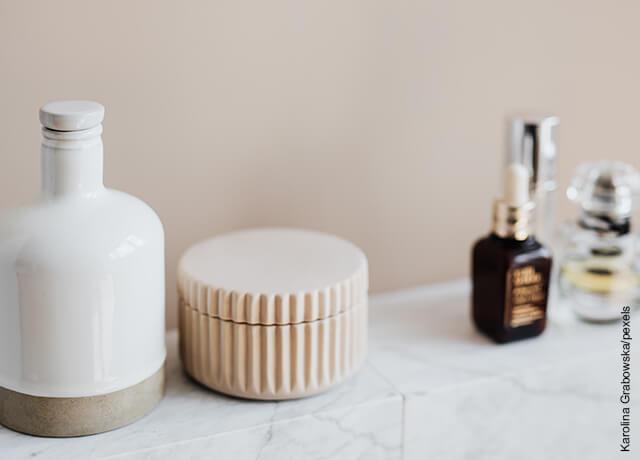 Foto de tarros de jabón y shampoo