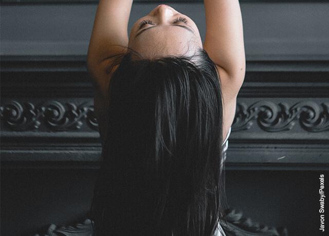 Foto de una mujer dejando caer su cabellera