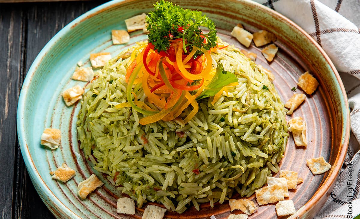 Foto de un plato de arroz verde