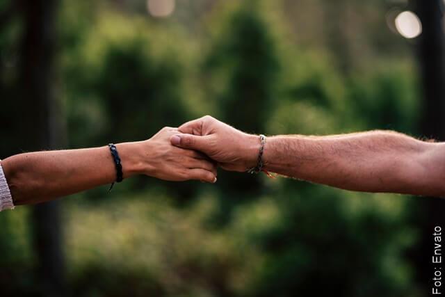 foto de dos manos sujetándose