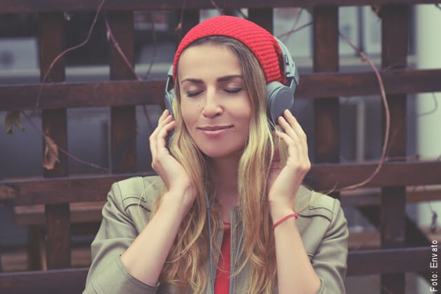 foto de mujer escuchando canciones