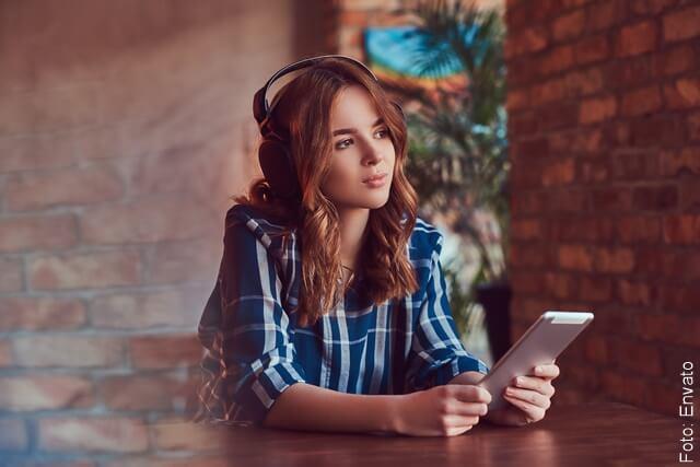 foto de mujer escuchando canciones de despecho
