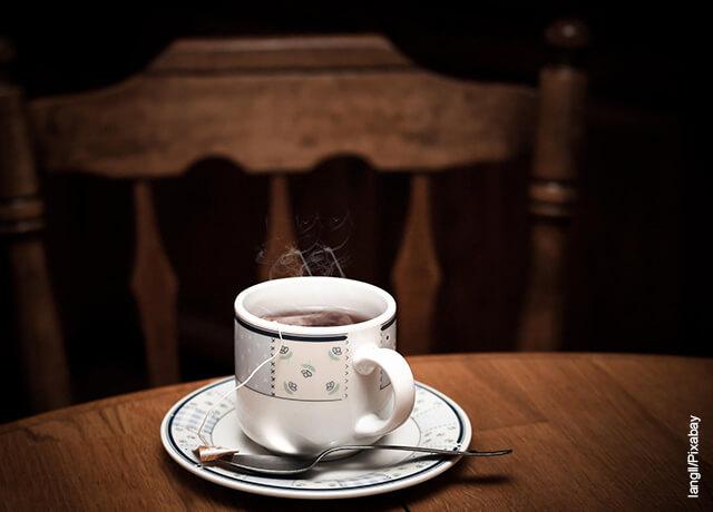 Foto de una taza de té caliente sobre una mesa