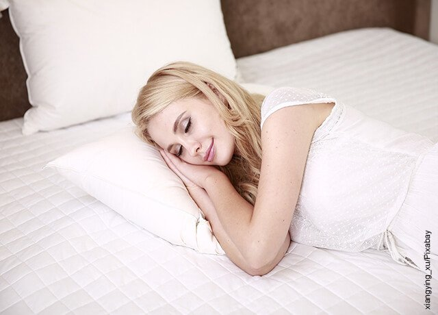 Foto de una mujer durmiendo plácidamente