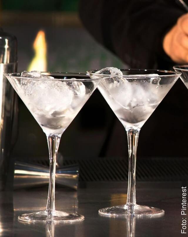 Foto de copas con hielo para hacer cocteles en casa