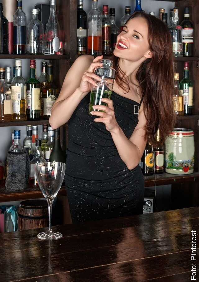 Foto de chica con coctelera ilustra como hacer cocteles