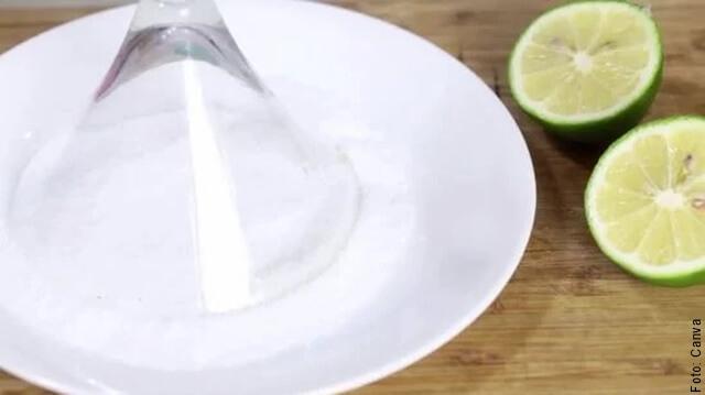 Foto de copa de vidrio escarchada con sal y limon
