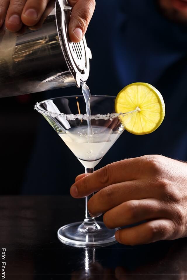 Foto sirviendo coctel de margarita en una copa de vidrio