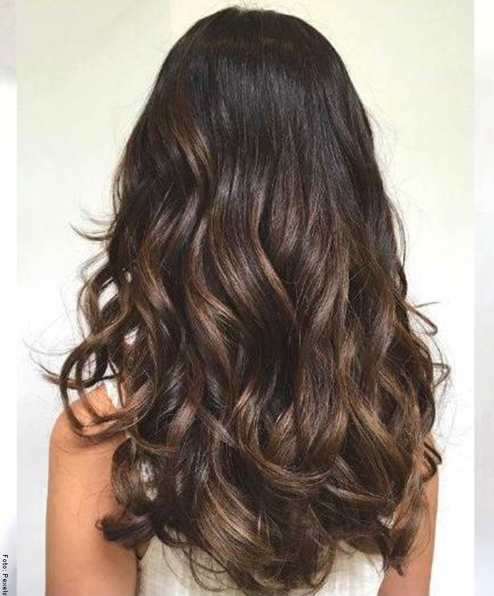 Foto de mujer con cabello oscuro cava