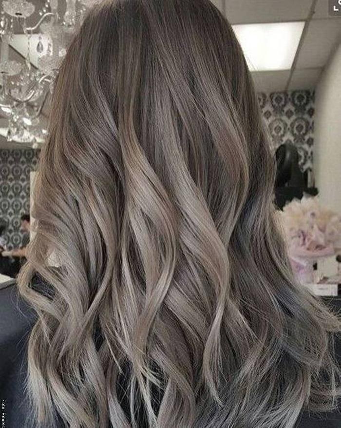 Foto de mujer con cabello castaño cenizo claro