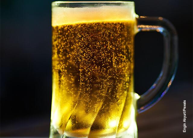 Foto de un vaso de cerveza que muestra cómo aclarar el cabello