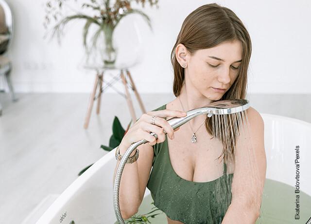 Foto de una mujer en una tina lavando su cabello