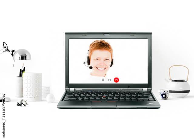 Foto de un computador con una foto de un niño