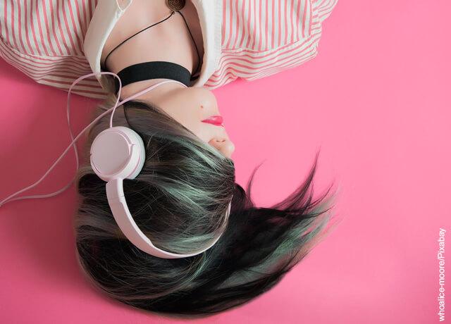 Foto de una chica con audífonos
