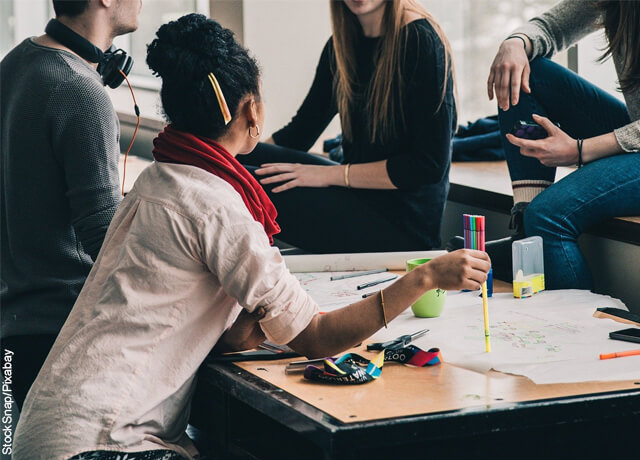 Foto de un grupo de estudiantes en una sala de estudio
