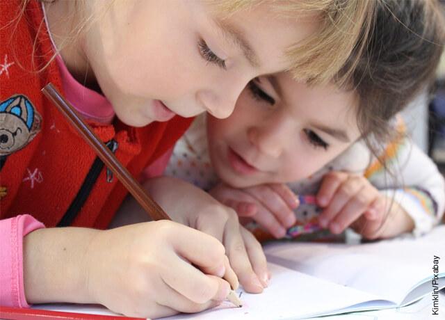 Foto de niños haciendo tareas para ilustrar cómo aprender inglés en casa
