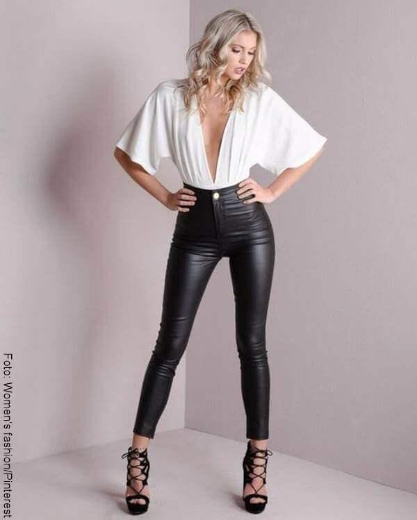 Foto de chica con pinta para ilustrar cómo combinar un pantalón negro