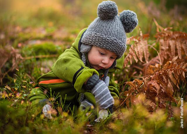 Foto de un niño jugando en el parque