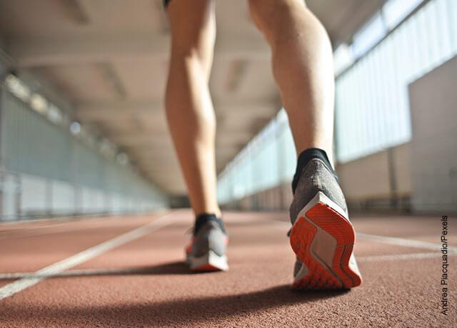 Foto de los pies de un atleta que muestra cómo cuidar los riñones