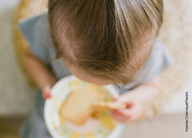 Foto de una niña sosteniendo un plato