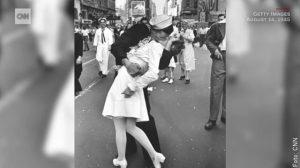foto de pareja dandose beso frances