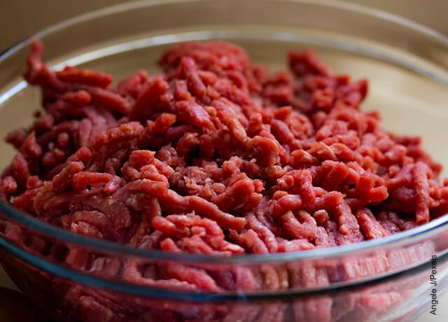 Foto de carne molida cruda en una taza