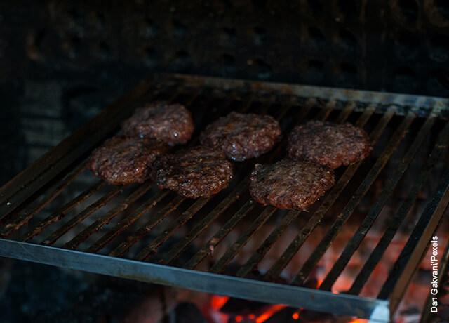 Foto de carne de hamburguesa asándose