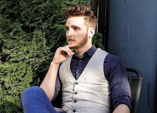 Foto de hombre sentado en una banca