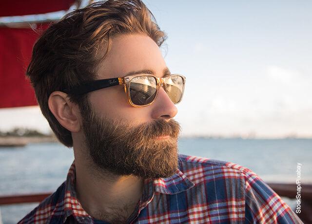 Foto de un hombre tomando el sol