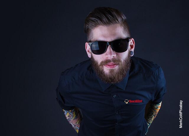 Foto de un hombre con tatuajes y barba