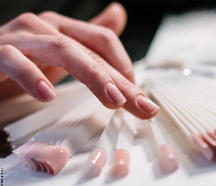 Foto de una mano con uñas largas